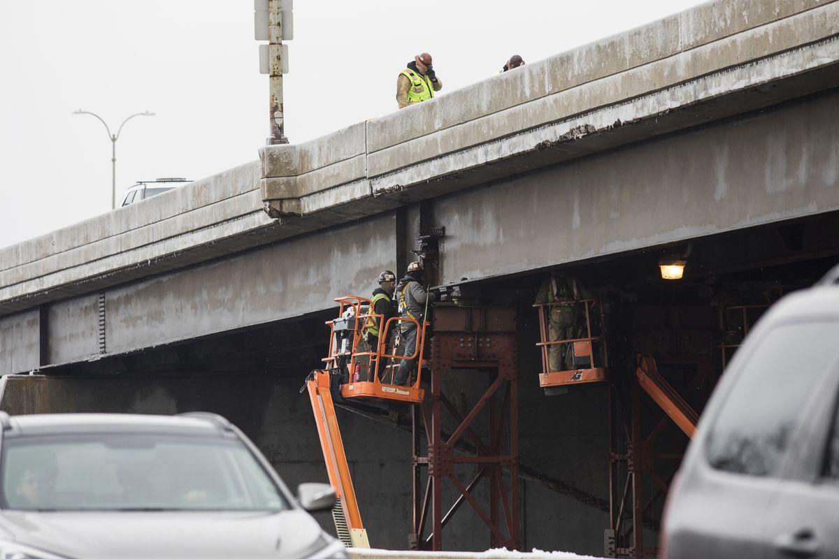 Traffic is diverted off northbound Lake Shore Drive as crews work to repair bridge support beams near Randolph Street, Tuesday morning, Feb. 12, 2019. | Ashlee Rezin/Sun-Times