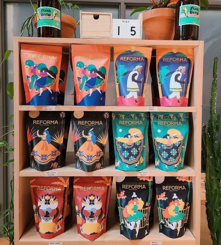 货架上有几袋Reforma Roasters的豆子。