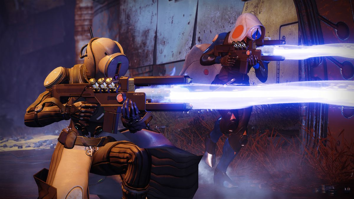 Destiny 2: Forsaken - two Guardians using the PlayStation 4-exclusive exotic trace rifle Wavesplitter