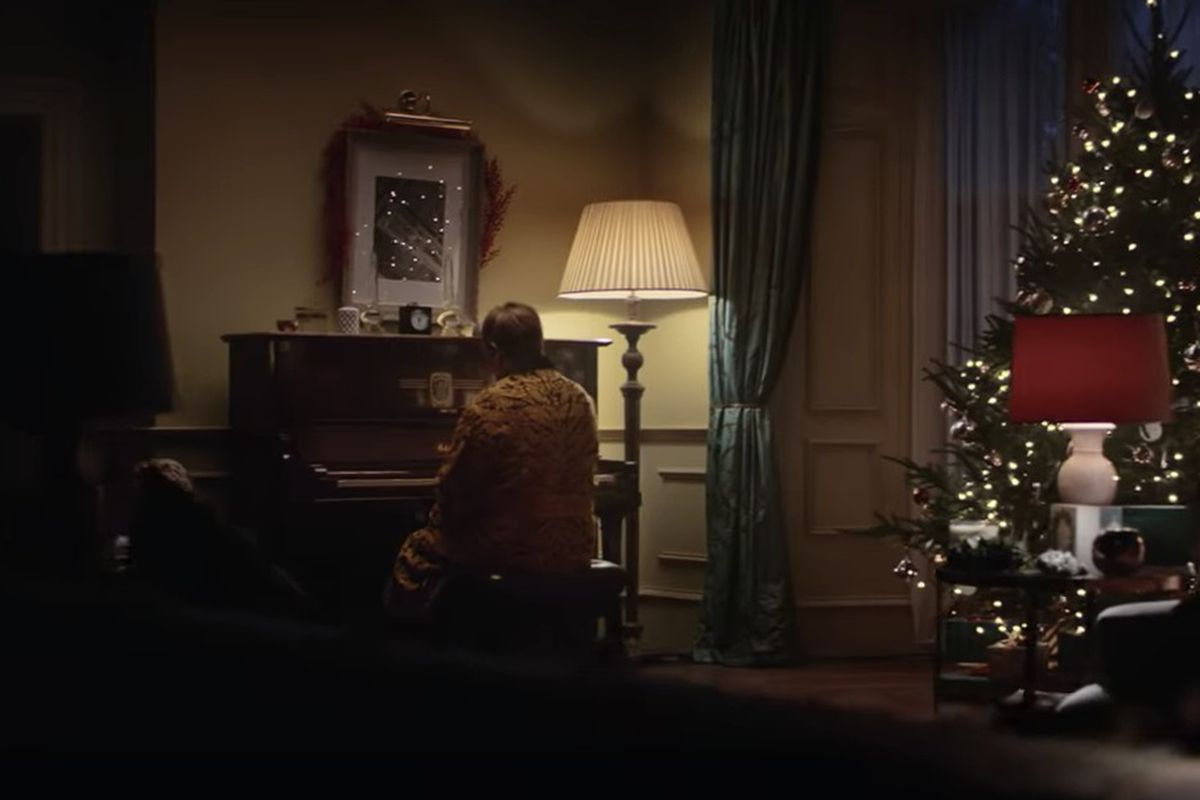 Elton John Christmas Song.Elton John Stars In New Christmas Ad But Is There Not