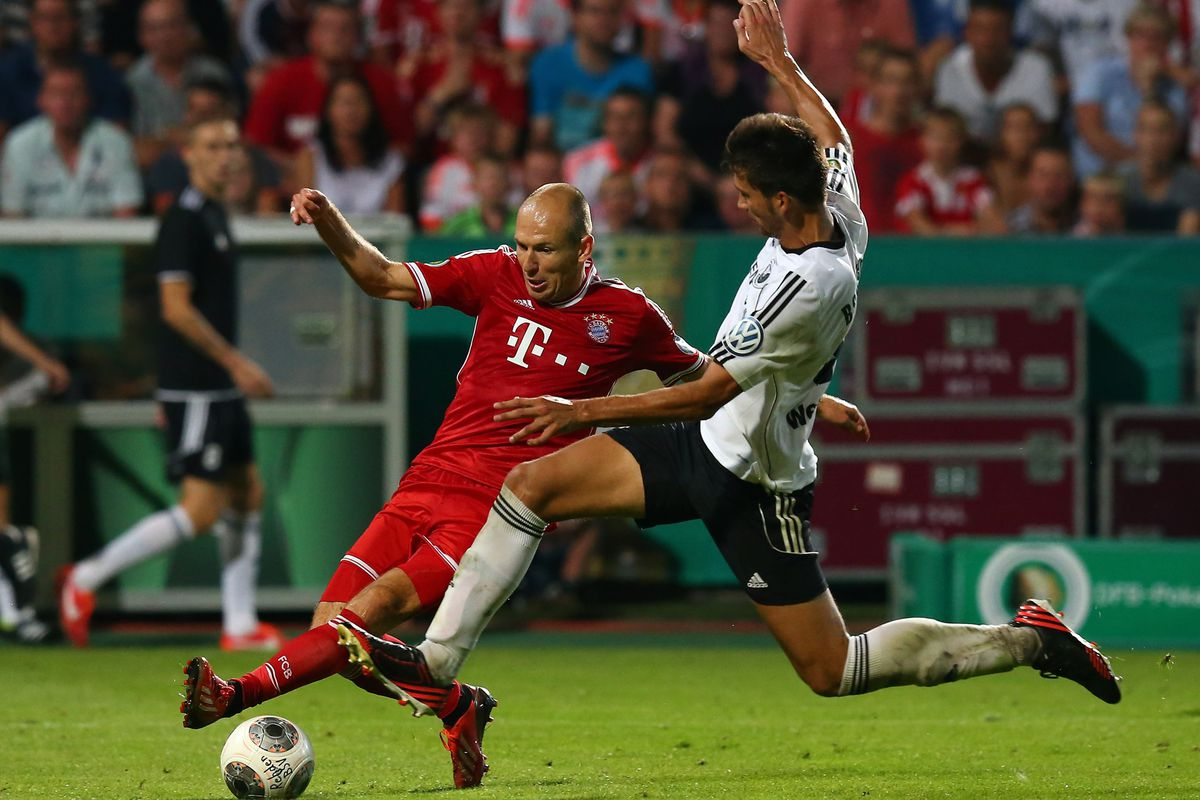 Bayern's Arjen Robben contests a 50/50 ball with Rehden's Michael Wessel.