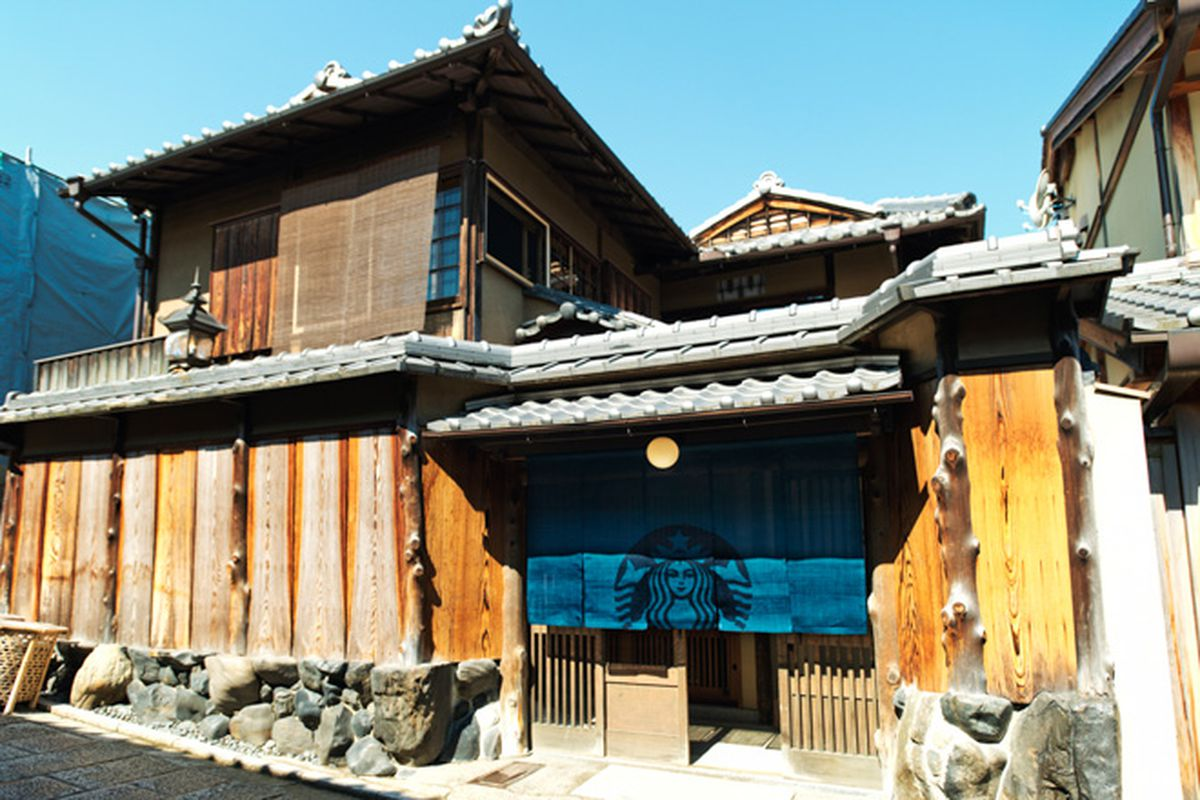 traditional starbucks in kyoto