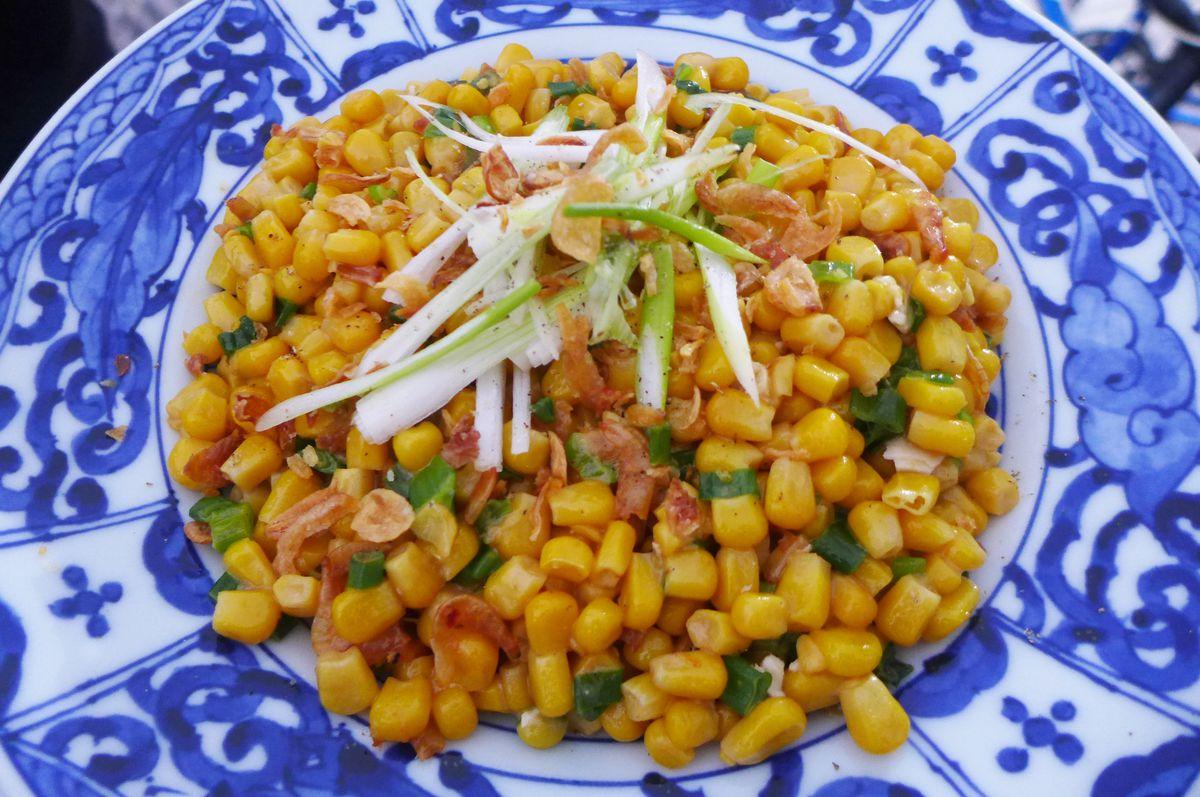 A blue bowl of yellow corn kernels