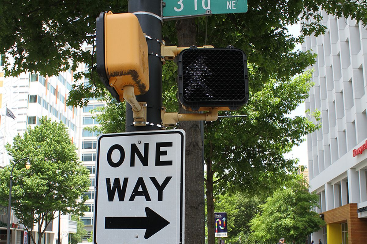 a picture of a one-way sign