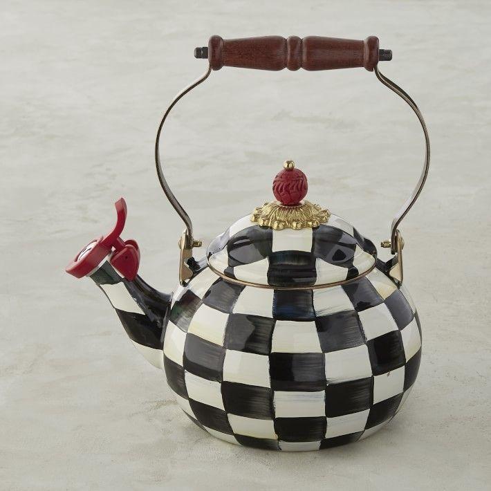 Uma chaleira em um padrão xadrez preto e branco