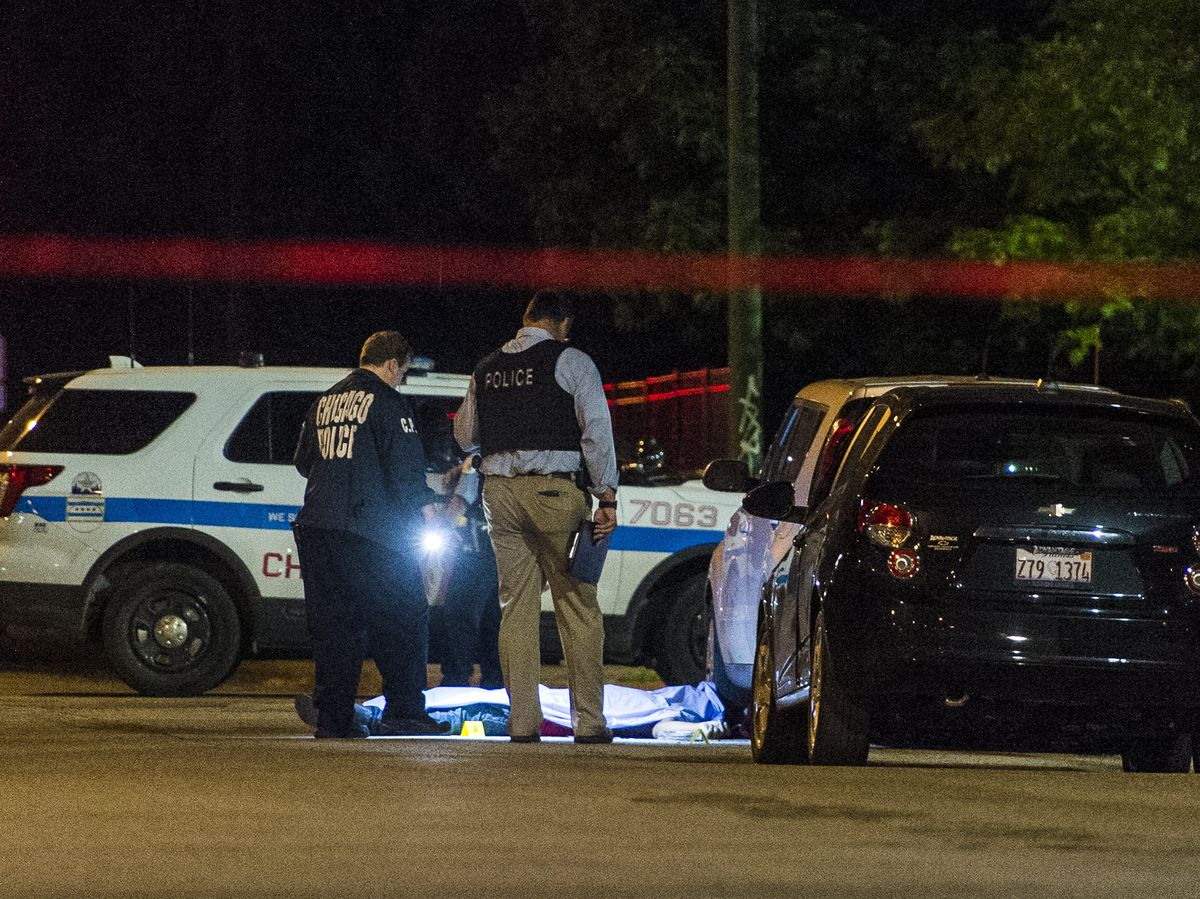 Chicago police investigate a fatal shooting of a 31-year-old man, Monday morning in the 5100 block of West Flournoy. Tyler LaRiviere/Sun-Times