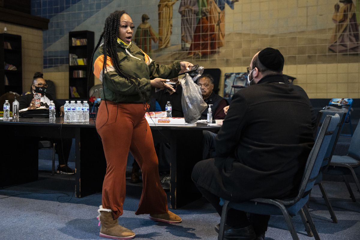 Shaniqua Kinnard, 26, a lifelong resident of Concordia Place Apartments, brought a dead rat in a bag with her to a meeting Tuesday with representatives from property owners Capital Realty Group at the Far South Side apartment complex.