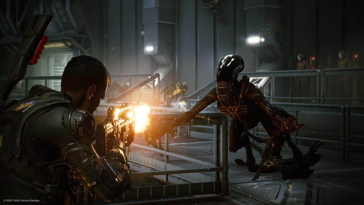 A Xenomorph dives at a space marine in Aliens: Fireteam Elite