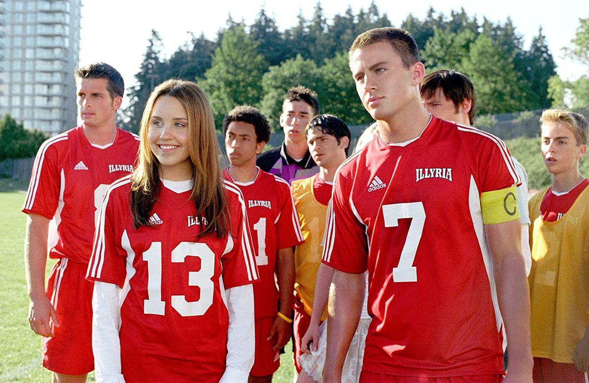 Viola (Amanda Bynes) and Duke (Channing Tatum) wear soccer uniforms