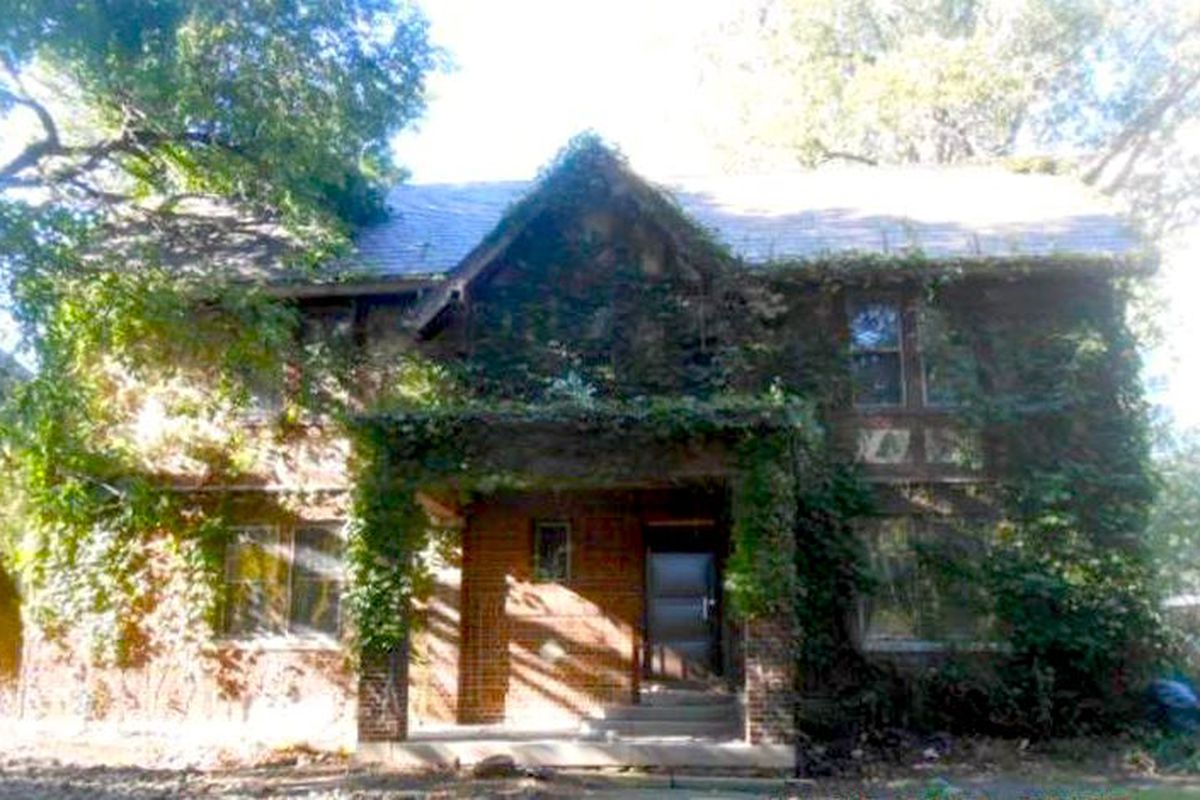"""Photos via <a href=""""http://auctions.buildingdetroit.org/Listing/Details/2301359/325-Fiske""""> Detroit Land Bank Authority</a><br>"""