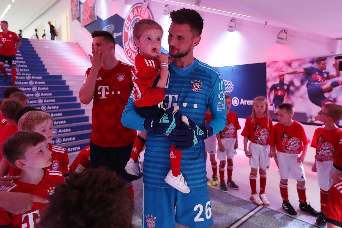 FC Bayern Muenchen v VfB Stuttgart - Bundesliga MUNICH, GERMANY - MAY 12: Goalkeeper Sven Ulreich of Bayern Muenchen stands in the tunnel with his daughter before the Bundesliga match between FC Bayern Muenchen and VfB Stuttgart at Allianz Arena on May 12, 2018 in Munich, Germany