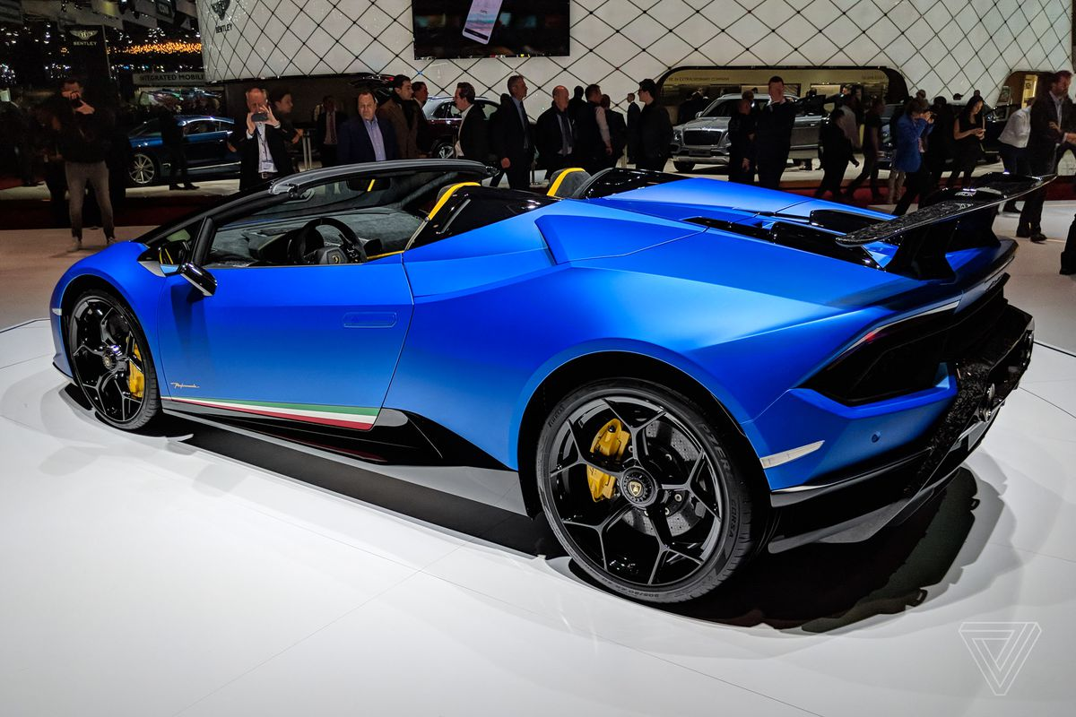 lamborghini's convertible huracán looks stunning in matte blue - the
