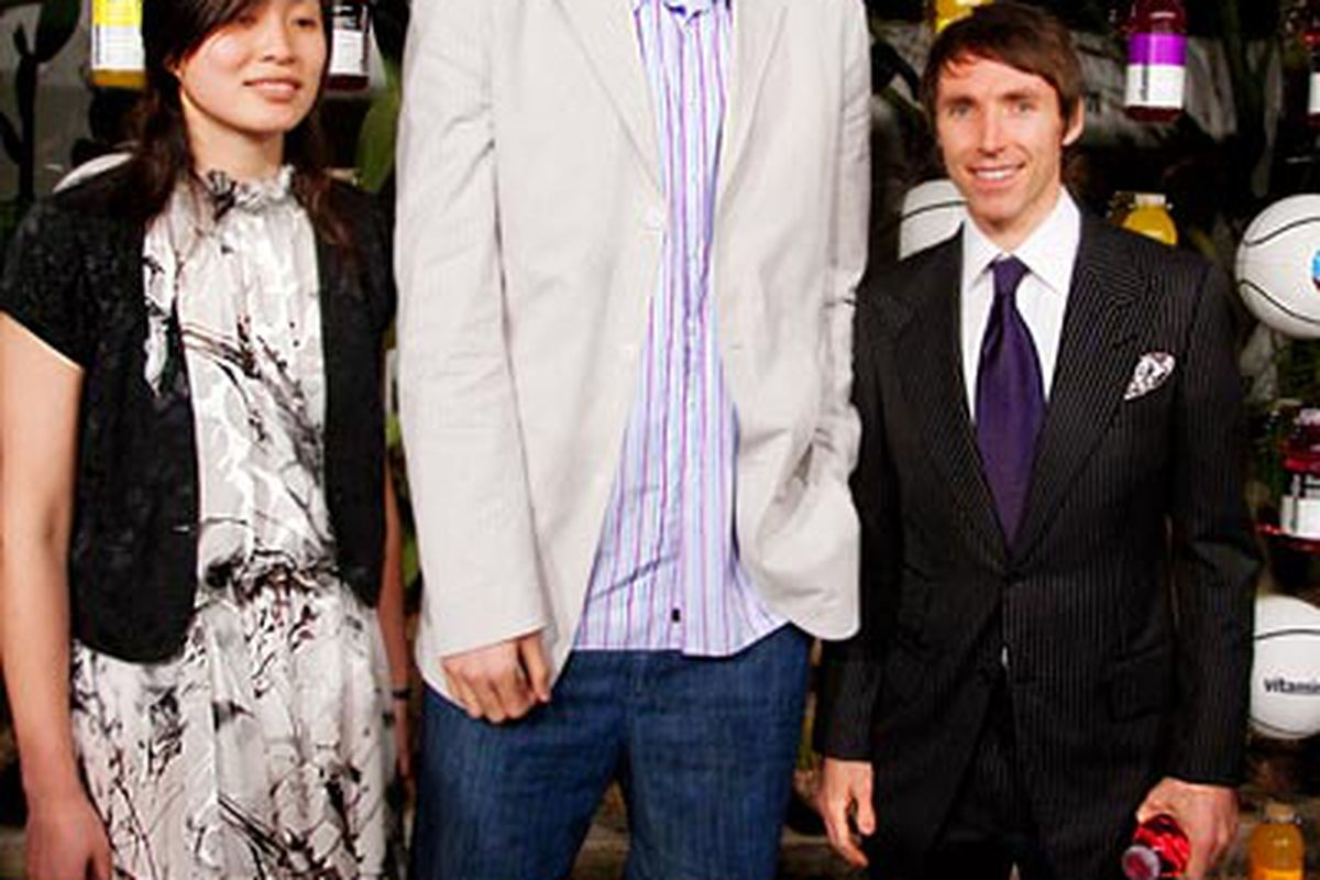 Steve Nash shillin' n' chillin' with the Mings.