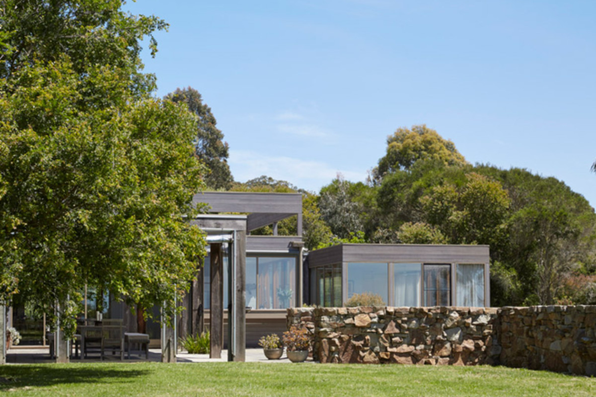 """All photos via <a href=""""http://www.dezeen.com/2015/05/14/b-e-architecture-whitehall-road-residence-melbourne-stacked-glazed-boxes-stone-wall/"""">Dezeen</a>"""