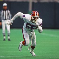 Linebacker Cornelius Bennett #55 of the Buffalo Bills pursues the play against the Philadelphia Eagles during a game at Veterans Stadium on December 27, 1987 in Philadelphia, Pennsylvania.