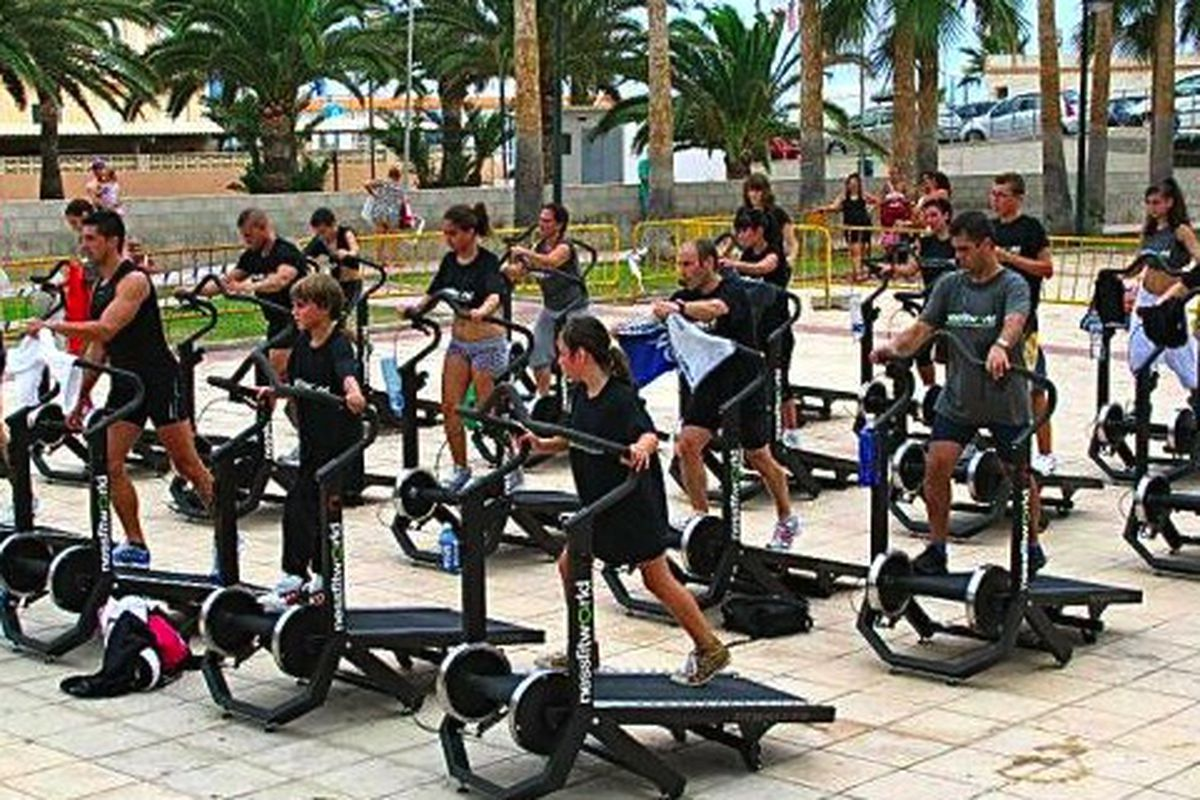 "Image via <a href=""http://www.dnainfo.com/new-york/20130709/tribeca/self-propelled-treadmills-set-pace-at-tribecas-new-superstar-gym#slideshow_modal_slot_1"">DNA Info</a>"