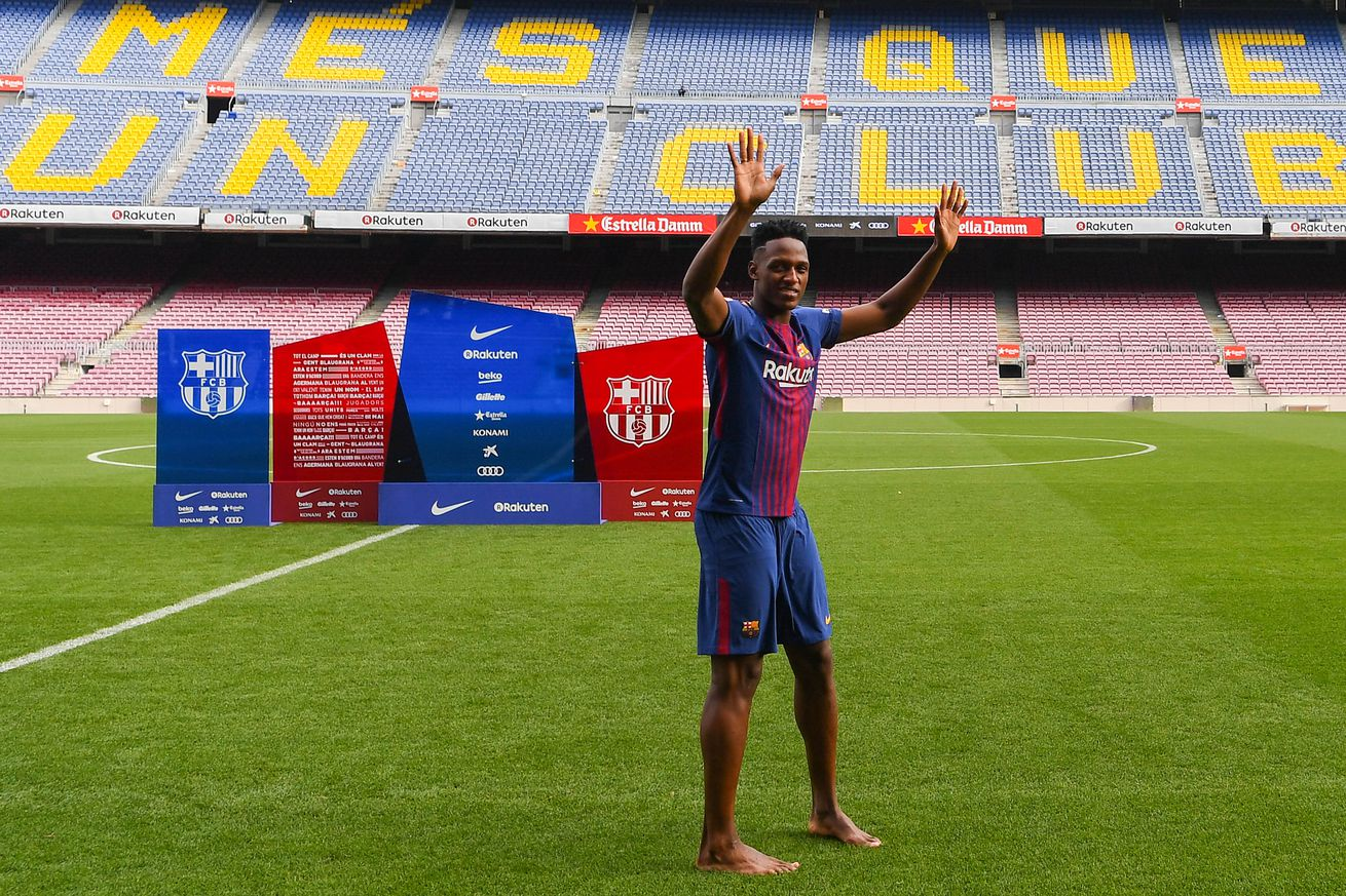 WATCH: Yerry Mina goes barefoot at Barcelona unveiling
