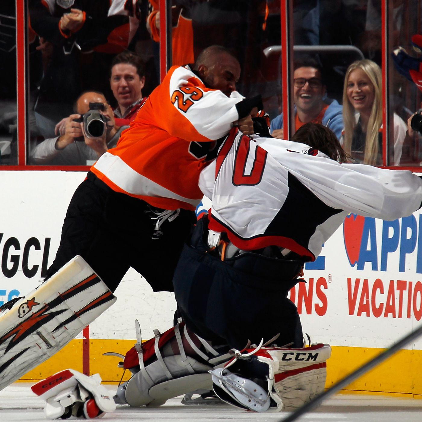 Goalie Fight Ray Emery Fights Braden Holtby During Line Brawl Sbnation Com