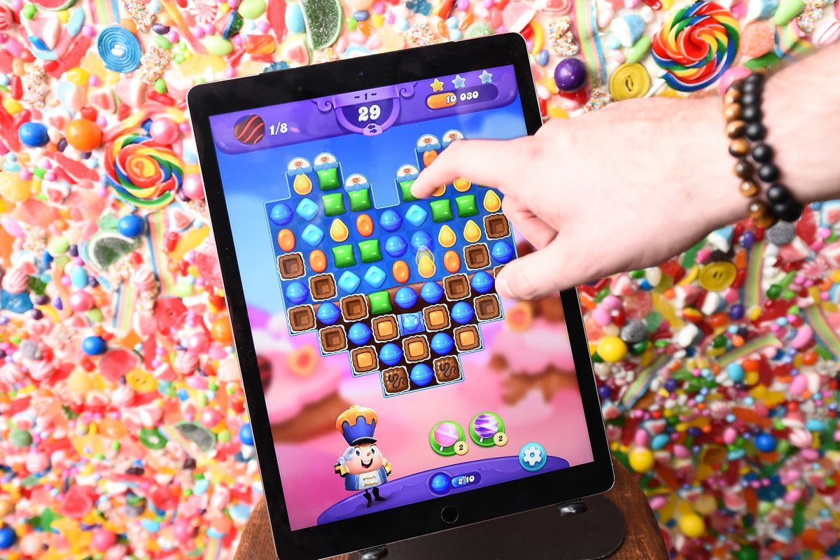 Guests play the new Valentine's Day update in Candy Crush Friends Saga