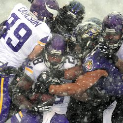 Adrian Peterson hangs on whil ebeing gang-tackled