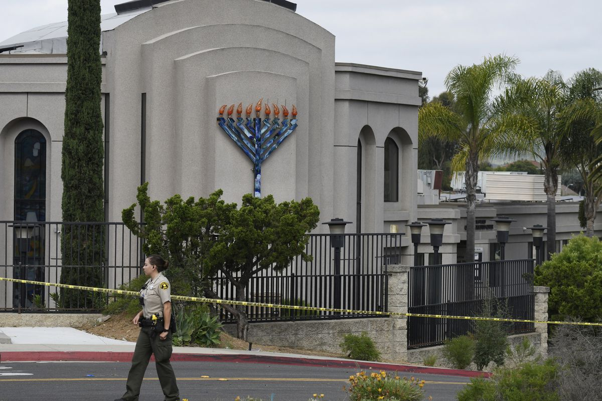 A San Diego county sheriff's deputy stands in front of the Chabad of Poway synagogue.