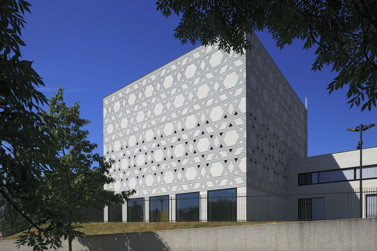 """The exterior of the <span data-author=""""843"""">New Synagogue in Bochum, Germany. The facade is white and cubic in structure.</span>"""