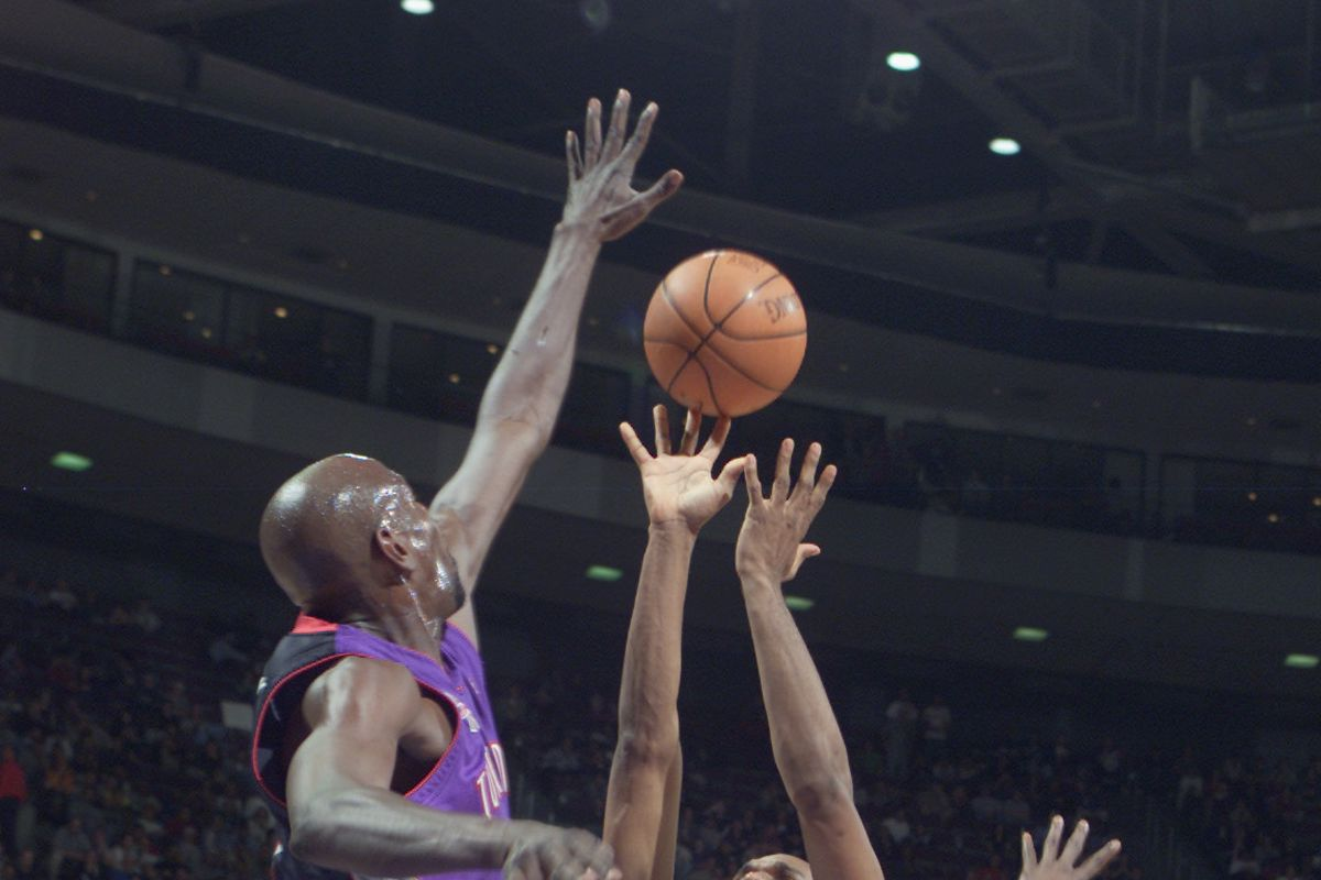 Jerry Stackhouse shoots over Keon Clark
