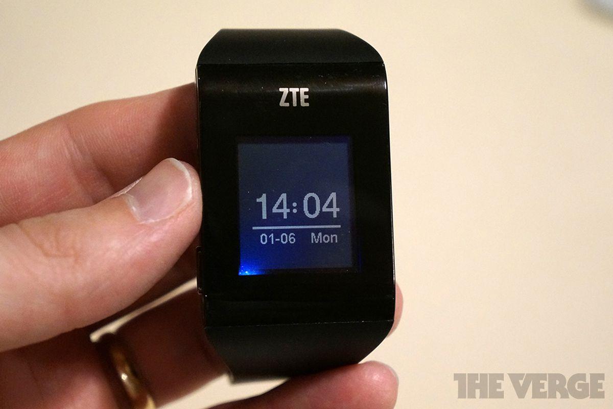 Gallery Photo: ZTE BlueWatch smartwatch photos