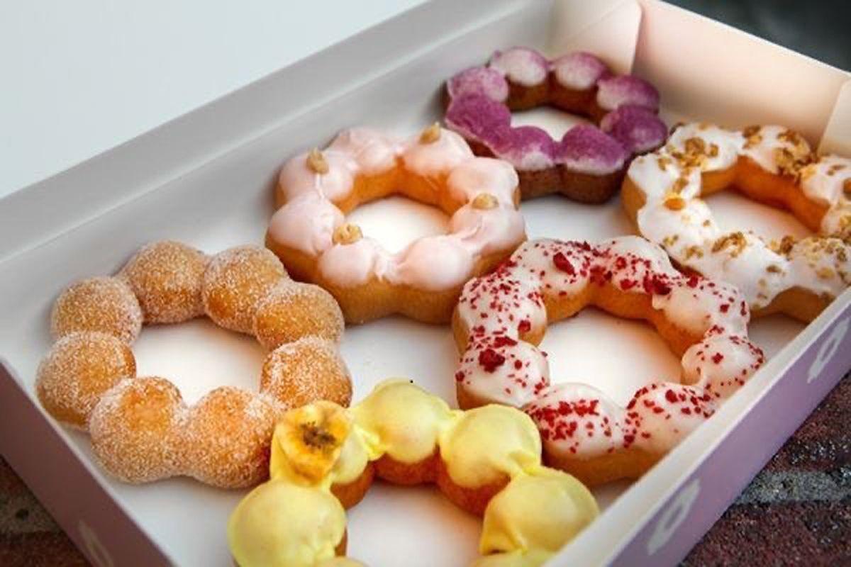 Six mochi doughnuts in a box
