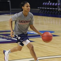 UConn's Moriah Jefferson goes to the basket