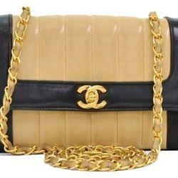 """<a href=""""http://f.curbed.cc/f/Portero_SP_RackedALL_080713_ChanelVintageBag"""">Chanel Vintage Black & Beige Vertical Leather Shoulder Bag - 30% OFF</a>"""