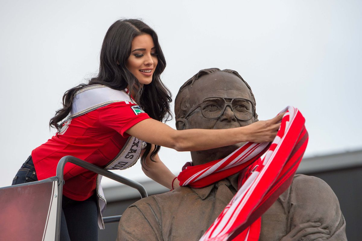 Man, I cannot wait for Vancouver to get a statue worth scarfing. That'll show Dallas.