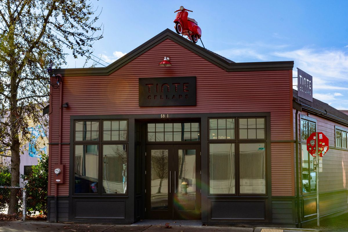 The front of Tinte Cellars in Georgetown, with a painted scooter perched on the roof