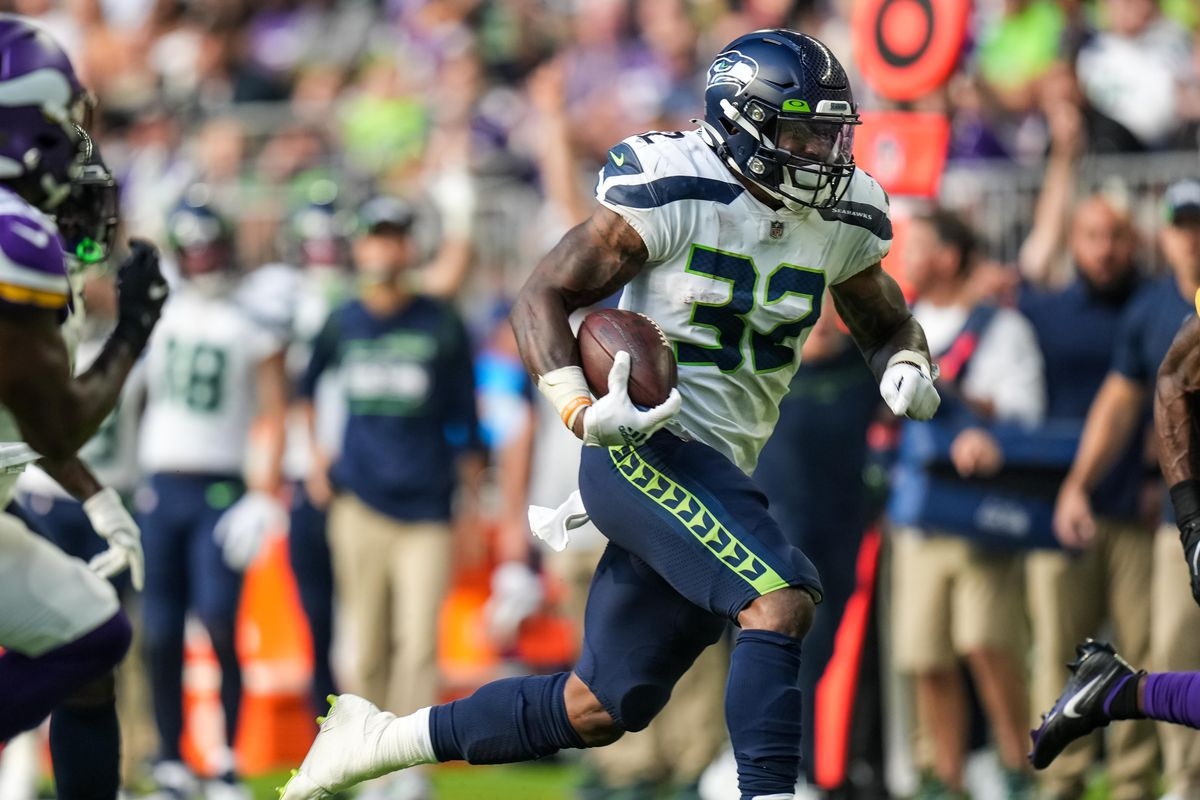 Seattle Seahawks running back Chris Carson (32) carries the ball for a touchdown during the second quarter against Minnesota Vikings at U.S. Bank Stadium.