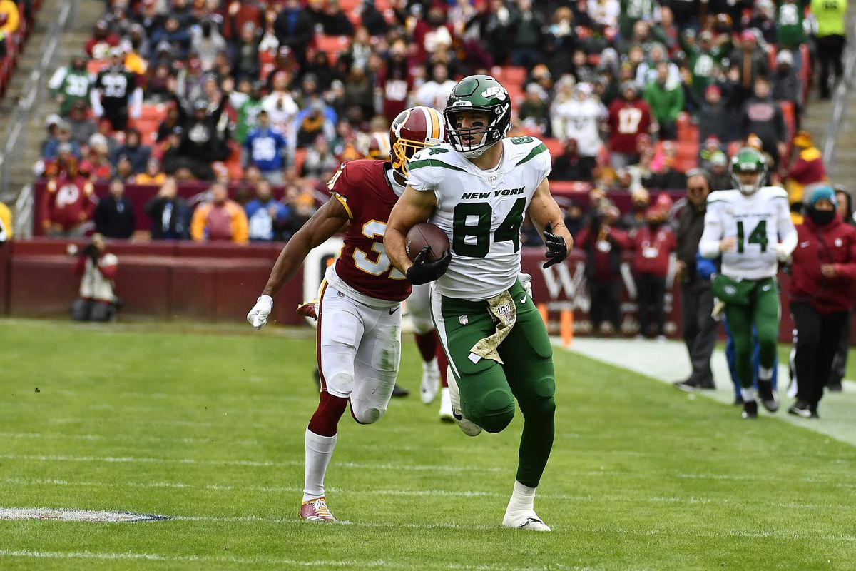 New York Jets tight end Ryan Griffin runs after a catch against Washington during the first half at FedExField.