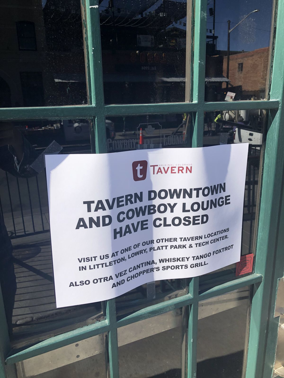 A picture of a sign on the door of Tavern Downtown stating that the restaurant has closed