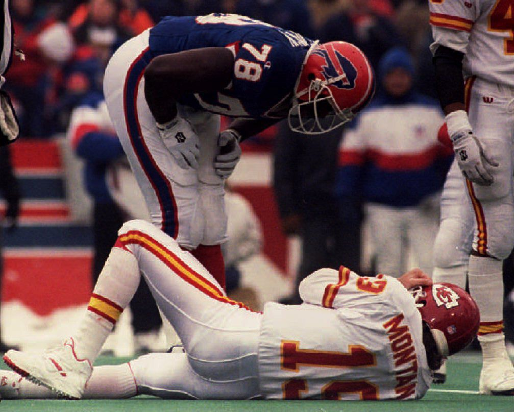 NY, UNITED STATES: Buffalo Bills Bruce Smith leans