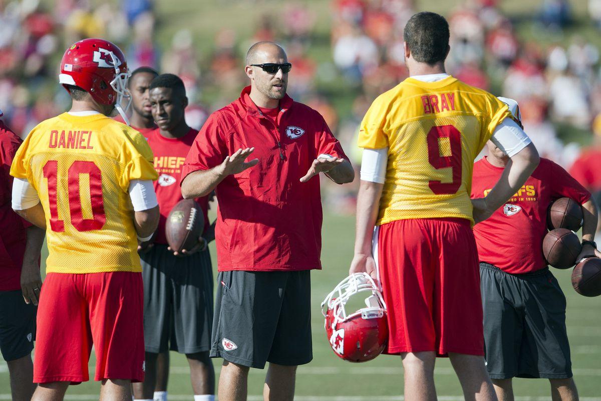 Matt Nagy speaks with Chiefs quarterbacks Chase Daniel and Tyler Bray during practice