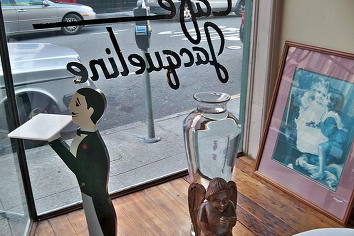 Cafe Jacqueline, souffle central.