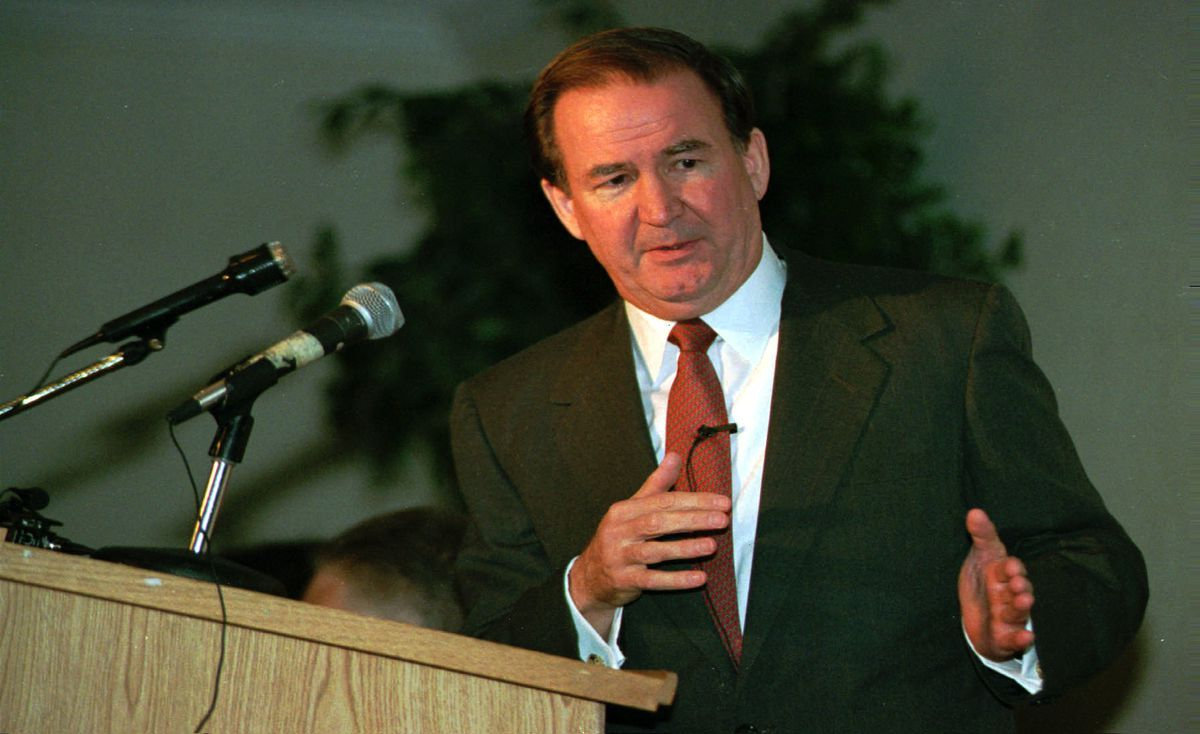 GOP presidential candidate Pat Buchanan pauses in his speech to the Arizona Reublican Assembly in their second annual convention in Tucson, Ariz., Saturday, April 23, 1995. (AP Photo/John Miller)
