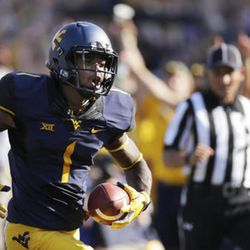 """FILE - In this Sept. 10, 2016, file photo, West Virginia wide receiver Shelton Gibson (1) runs for a touchdown after a catch during the first half of an NCAA college football game against Youngstown State, in Morgantown, W.Va. A year ago West Virginia receivers were plagued by dropped passes, but they""""™re holding onto the ball this year and getting yards in big chunks. They""""™lll be looking for more Saturday when the Mountaineers (2-0) play BYU (1-2) in Landover, Md.(AP Photo/Raymond Thompson, File)"""