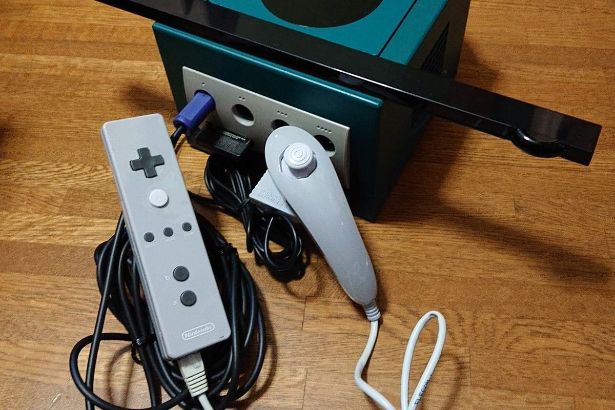 early wiimote prototype emerges with wires that let it plug into a gamecube