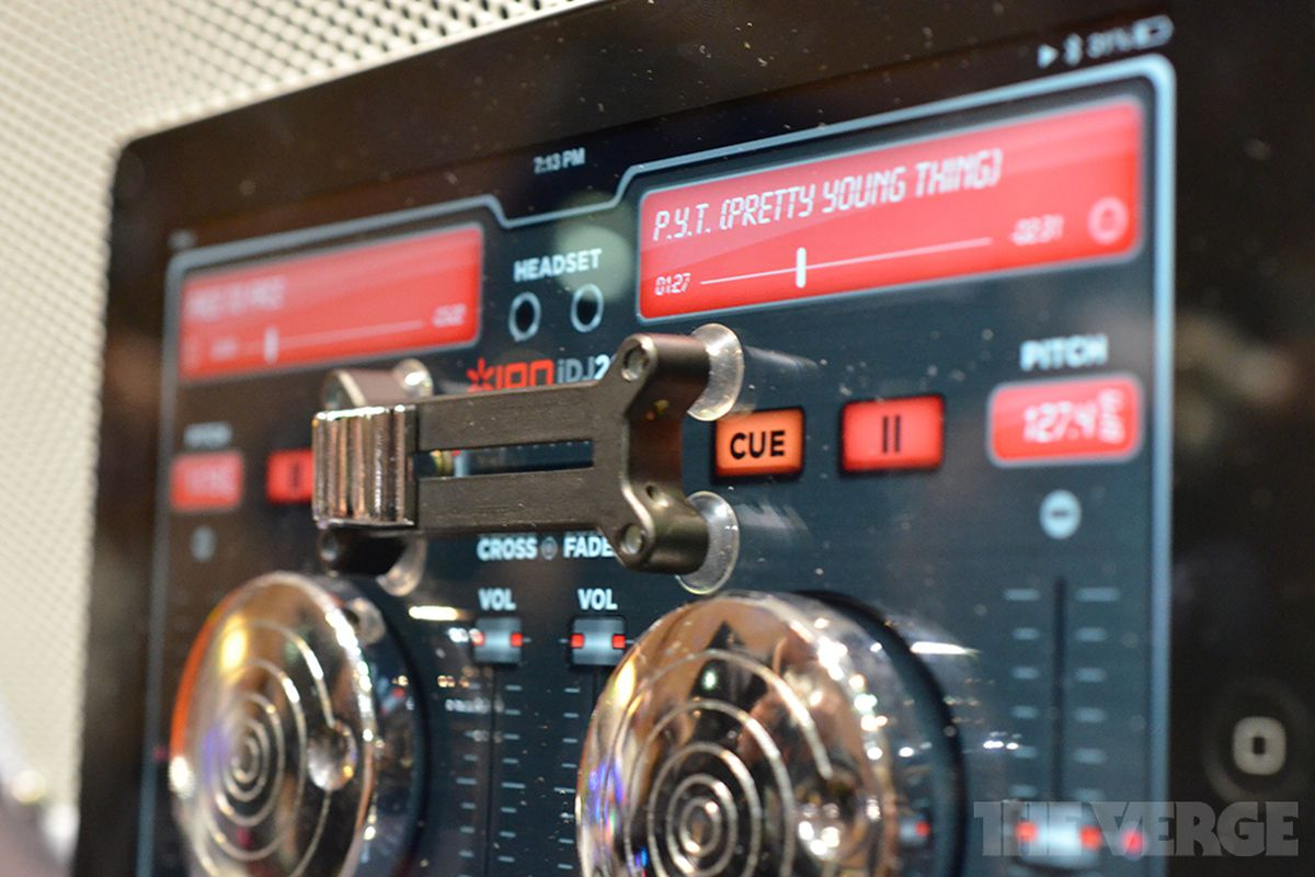 Gallery Photo: Ion Audio Scratch 2 Go DJ hands-on images
