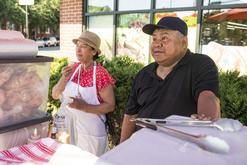 Felipe Vallarta, an elotero, and Zenaida Castillo work in Rogers Park.   Ashlee Rezin/Sun-Times
