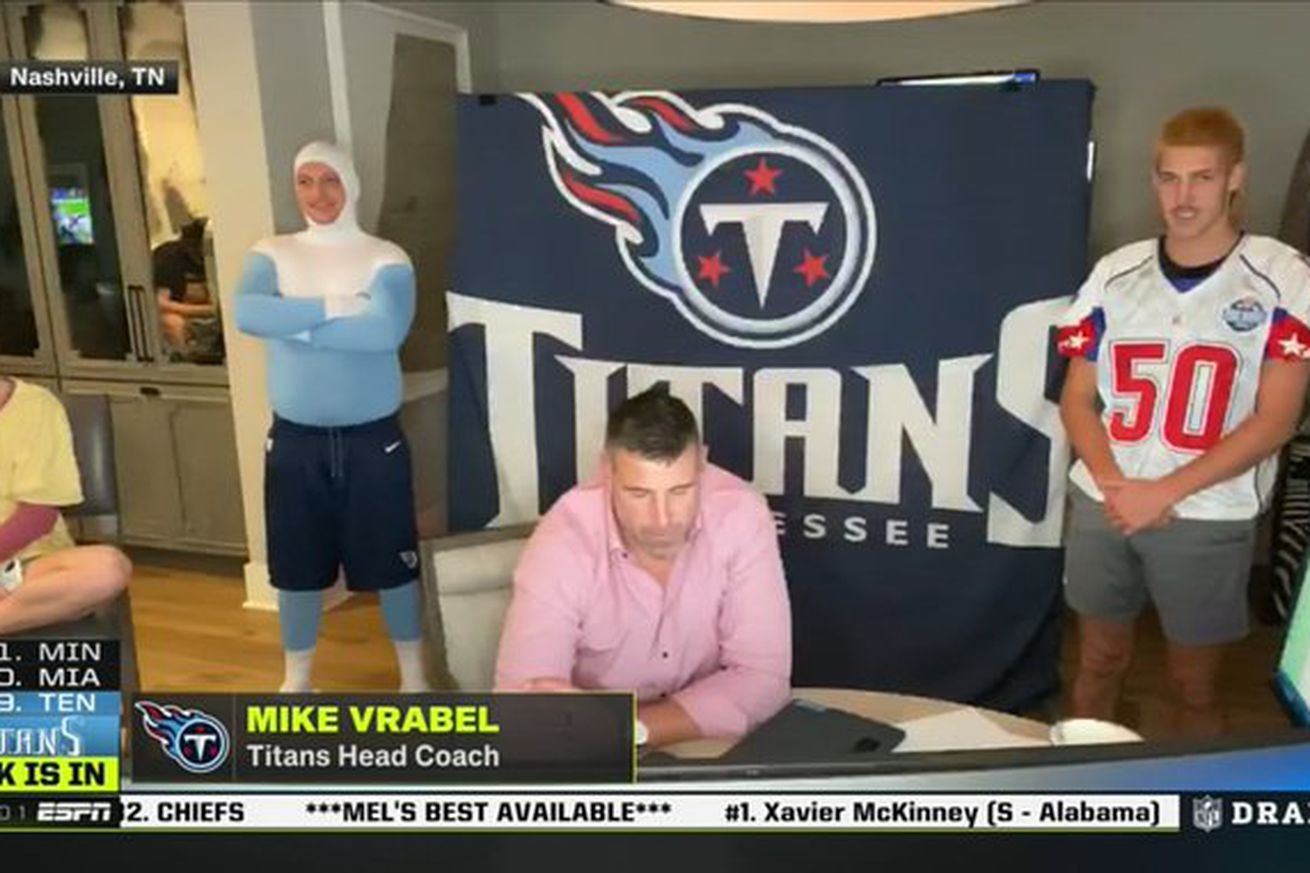 EWVwCsTX0AEzHKf.0 - What in the actual hell is happening at Mike Vrabel's house?