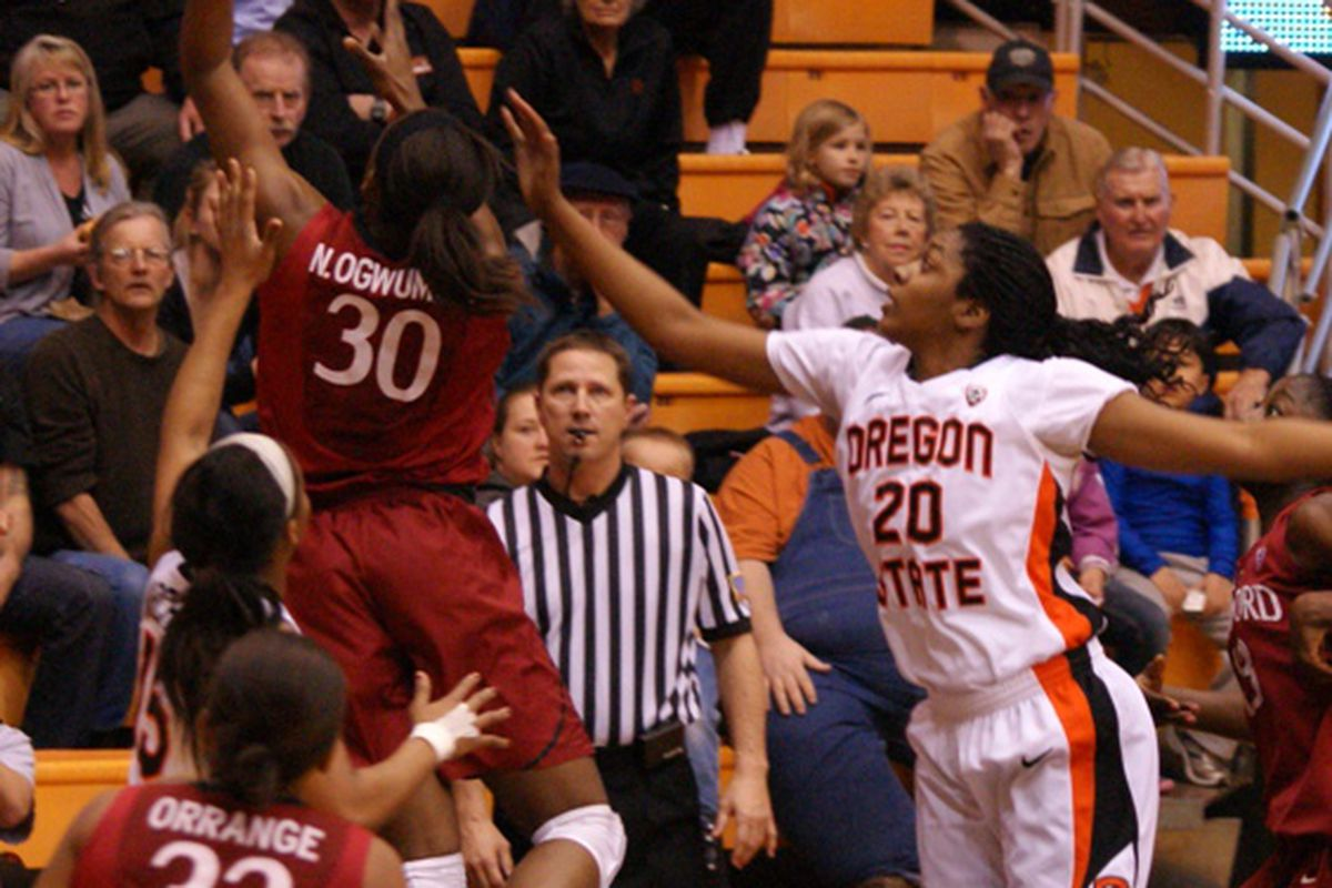 Stanford's Nnemkadi Ogwumike (30) scores 2 of her game high 27 points against Oregon St.'s Patricia Bright (20). <em>(Photo by Andy Wooldridge)</em>