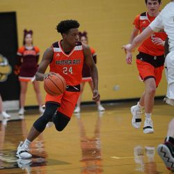 Brother Rice's Marquise Kennedy (24) pushes the ball down court against Brother Rice, Tuesday 02-19-19. Worsom Robinson/For the Sun-Times.