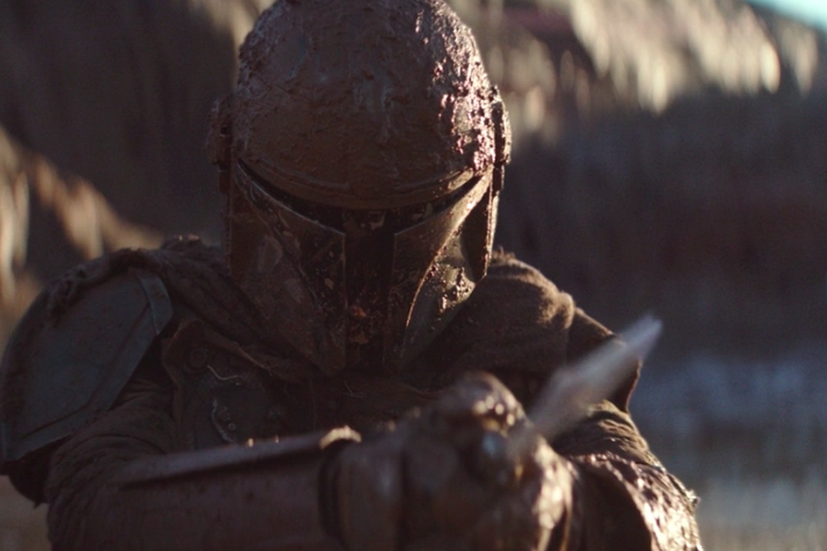 The Mandalorian episode 2: Mando holds a knife up towards a creature fight