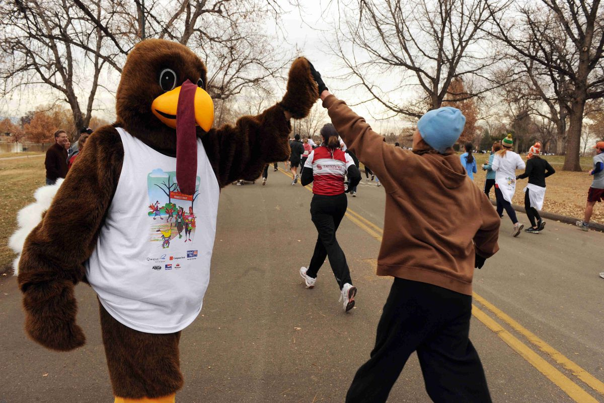 (bb) cd27turkeytrot_bb_ - A turkey mascot encourages runners in Washington Park as they run to benefit the United Way in the annual Turkey Trot run Thanksgiving morning. (Photo by Brian Brainerd / The Denver Post)