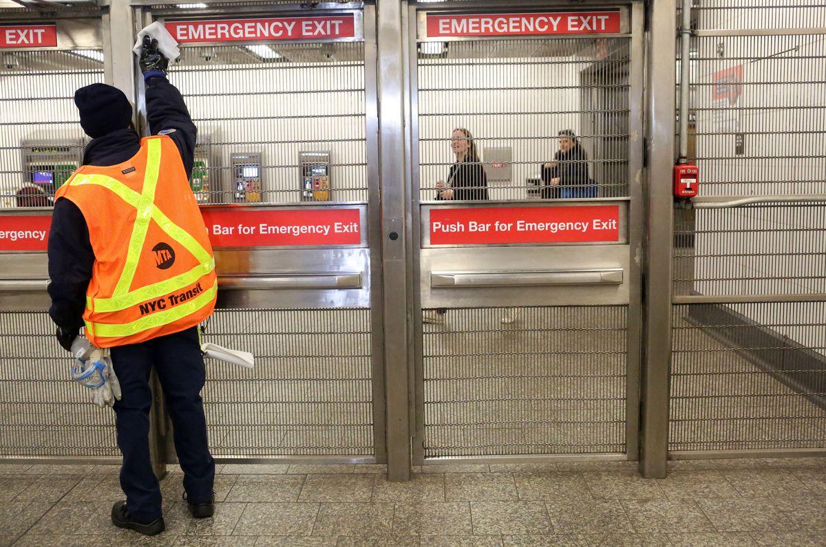 MTA limpa estações de metrô à medida que mais casos de coronavírus são confirmados na região de Nova York